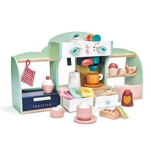 """Wer möchte nicht einmal sein eigenes Café besitzen und seine Gäste richtig verwöhnen? Das Café """"Bird's Nest"""" bietet alles, um gleich loszulegen: 5 verschiedenfarbige Kaffee-Kapseln, 2 klickende Regler, Milchkrug und -aufschäumer, 2 Tassen, 2 Teller, 1 Topflappen, Messer, Gabel, Löffel, Zuckerwürfel und Schokoladen-Shaker, 2 Kaffee-Pads und 3 unterschiedliche Toppings, 3 verschiedene Teebeutel in Stoff verpackt, 1 Sandwich, 2 Panini, 3 Gebäckstücke, 2 Cupcakes und 1 Panini Toaster. Produktgröße: 50,2 x 13,5 x 27,2 cm."""