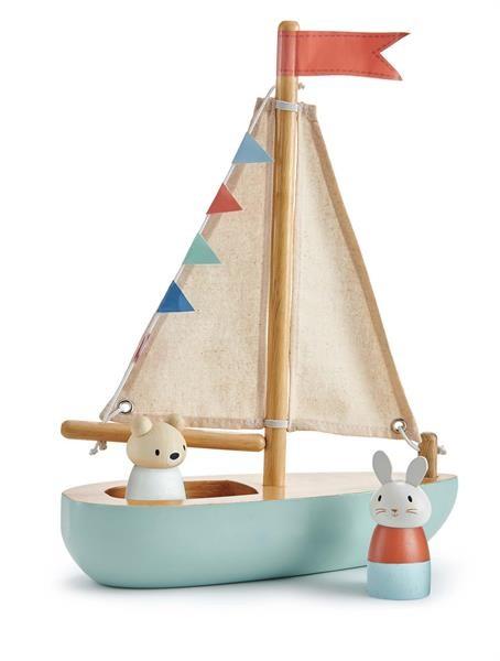 Ahoy Kapitän! Ein Holzboot mit Stoffsegel und farbigen Wimpeln macht Lust auf Sommer. Produktgröße: 23x8x29,5cm.